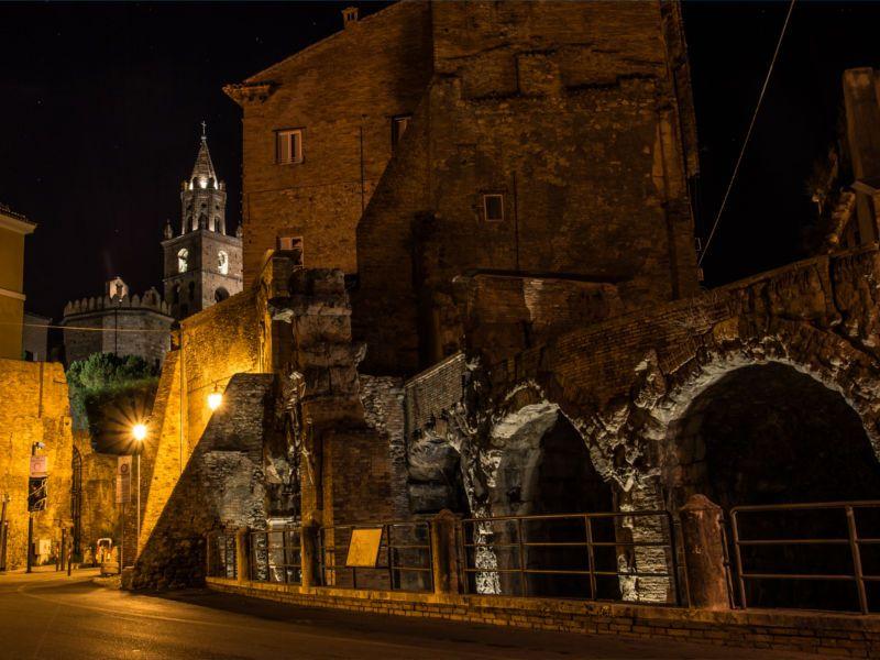 Teramo, Torre del Duomo e Teatro romano in notturna