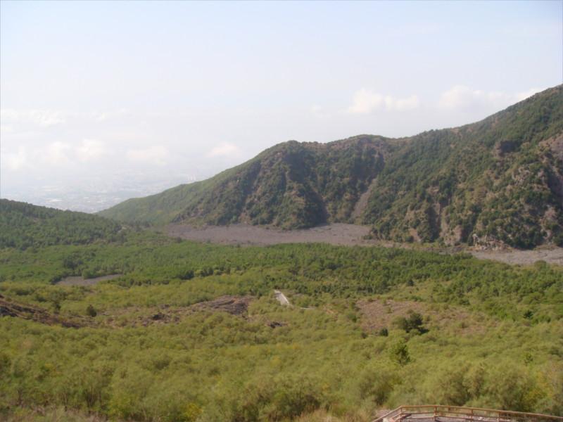 L'atrio del cavallo. La valle che separa il Monte Somma dal Vesuvio.